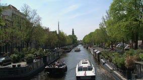 Barche in canale a Amsterdam Olanda stock footage