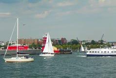 Barche in canale del porto di Boston Immagine Stock