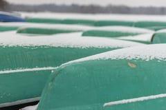 Barche che aspettano estate alla riva fotografie stock libere da diritti