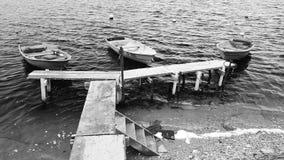 Barche che aspettano i pescatori stock footage