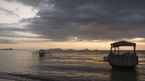 Barche che galleggiano al tramonto fotografia stock libera da diritti