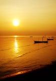Barche che galleggiano alla riviera Immagini Stock