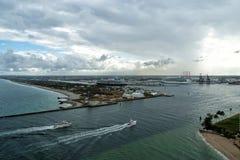 Barche che galleggiano sull'acqua di mare blu in Fort Lauderdale, U.S.A. Immagini Stock Libere da Diritti