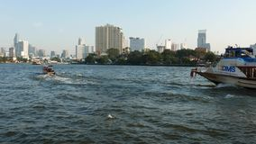 Barche che girano su Chao Praya River, Bangkok, Tailandia stock footage