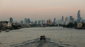 Barche che girano su Chao Praya River, Bangkok, Tailandia archivi video