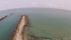Barche che lasciano vista aerea costiera dell'entrata video d archivio