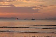 Barche che navigano fuori al tramonto fotografia stock