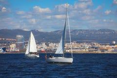 Barche che navigano a partire dal vecchio porto di Marsiglia fotografia stock libera da diritti