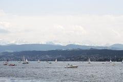 Barche che navigano sul lago Zurigo a Zurigo, Svizzera Fotografia Stock Libera da Diritti