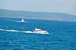 Barche che navigano sull'Adriatico Immagini Stock