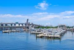 barche che parcheggiano al porto Fotografie Stock