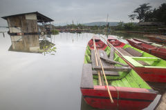 Barche che parcheggiano a Rawa che rinchiude lago, Indonesia fotografia stock libera da diritti