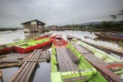 Barche che parcheggiano a Rawa che rinchiude lago, Indonesia fotografie stock libere da diritti