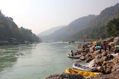 Barche che si fermano per il rafting del fiume, India fotografie stock libere da diritti