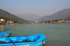 Barche che si fermano per il rafting del fiume, Rishikesh, India fotografia stock libera da diritti