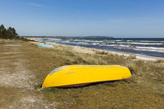 Barche che si trovano sulla spiaggia danese del Mar Baltico Fotografia Stock