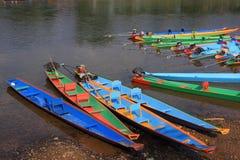 Barche a coda lunga variopinte alla riva del fiume Immagini Stock Libere da Diritti