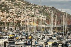 Barche, colline e case, Funchal, Madera Immagini Stock