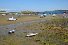 Barche Colourful nella baia Guernsey, isole del canale Fotografie Stock Libere da Diritti