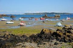 Barche Colourful nella baia Guernsey, isole del canale Fotografie Stock