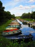 Barche Colourful sul fiume in Irlanda immagine stock