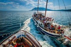 Barche con i turisti sul modo a Skiathos Fotografia Stock