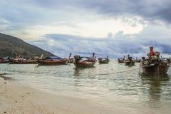 Barche con il fondo del cielo nuvoloso Fotografie Stock