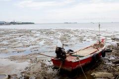 Barche con il mare della sabbia Immagini Stock Libere da Diritti