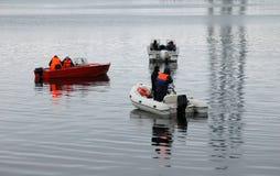 Barche dei bagnini sull'acqua nell'inverno Fotografia Stock Libera da Diritti