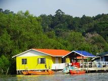 Barche dei pescatori al fiume in Bako, Sarawak, Malesia fotografia stock