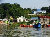 Barche dei pescatori al fiume in Bako, Sarawak, Malesia immagini stock
