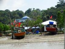 Barche dei pescatori al fiume in Bako, Sarawak, Malesia fotografia stock libera da diritti