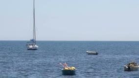 Barche dei pescatori che galleggiano nel mare, nell'attività all'aperto per ricreazione e nel rilassamento archivi video