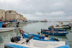 Barche dei pescatori nel porto di Trani storico in Italia Immagini Stock Libere da Diritti