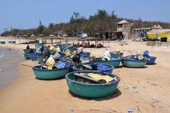 Barche del canestro sulla spiaggia nel paesino di pescatori del Vietnam Immagine Stock Libera da Diritti