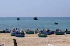 Barche del canestro sulla spiaggia nel paesino di pescatori del Vietnam Immagine Stock