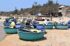 Barche del canestro sulla spiaggia nel paesino di pescatori del Vietnam Immagini Stock