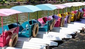 Barche del ciclo dell'acqua o barche del pedale in un parco Fotografie Stock Libere da Diritti
