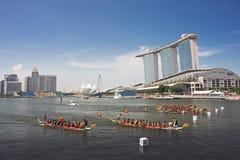Barche del drago che scorrono nel rivestimento con i MBS come contesto Immagini Stock