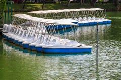 Barche del pedale bloccate al porticciolo pacifico del lago Immagine Stock Libera da Diritti