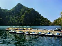 Barche del pedale con i pannelli solari nel lago nubile incinto fotografie stock