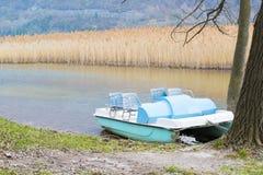 Barche del pedale ed abbandonato sul lago Fotografie Stock