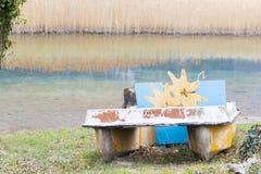 Barche del pedale ed abbandonato sul lago Fotografia Stock Libera da Diritti