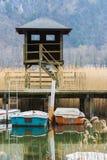 Barche del pedale ed abbandonato sul lago Immagini Stock