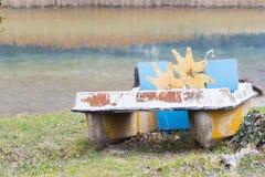 Barche del pedale ed abbandonato sul lago Immagine Stock