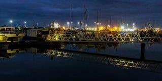 Barche del pesce attraccate alla notte in Poole, Dorset, Inghilterra immagine stock libera da diritti
