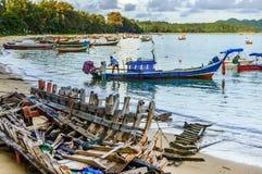 Barche del relitto & della a lungo coda della barca, Phuket, Tailandia Immagine Stock