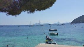 Barche dell'oceano di vista di estate di Formentor Mallorca Immagine Stock