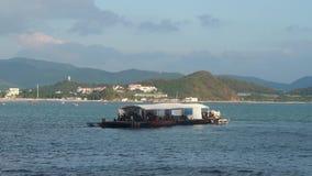 Barche dell'operatore subacqueo in baia archivi video