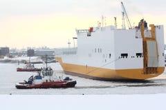 Barche della tirata su acqua congelata Immagini Stock